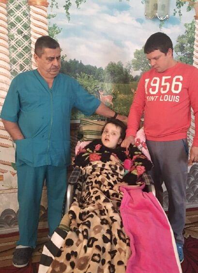 Ева с отцом и профессором Рахмановым, во время лечения. Гидроцефалия, после комы, ЗПР. Отзывы о лечении. Профессор Рахманов. Украина